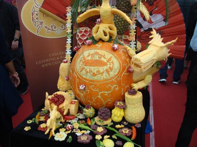 sculptura thailandeza in fructe