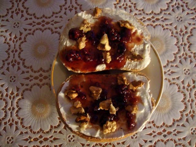 sandvis crema de branza-dulceata de zmeura si nuci